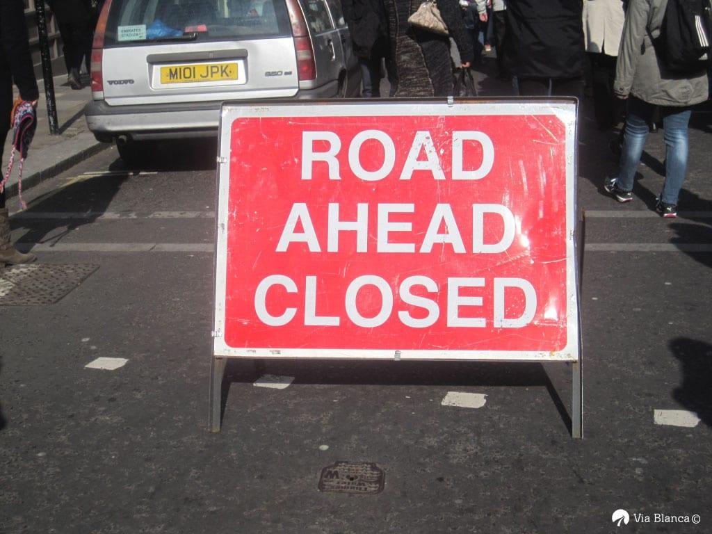 Road ahead closed kyltti, Lontoo, 2013
