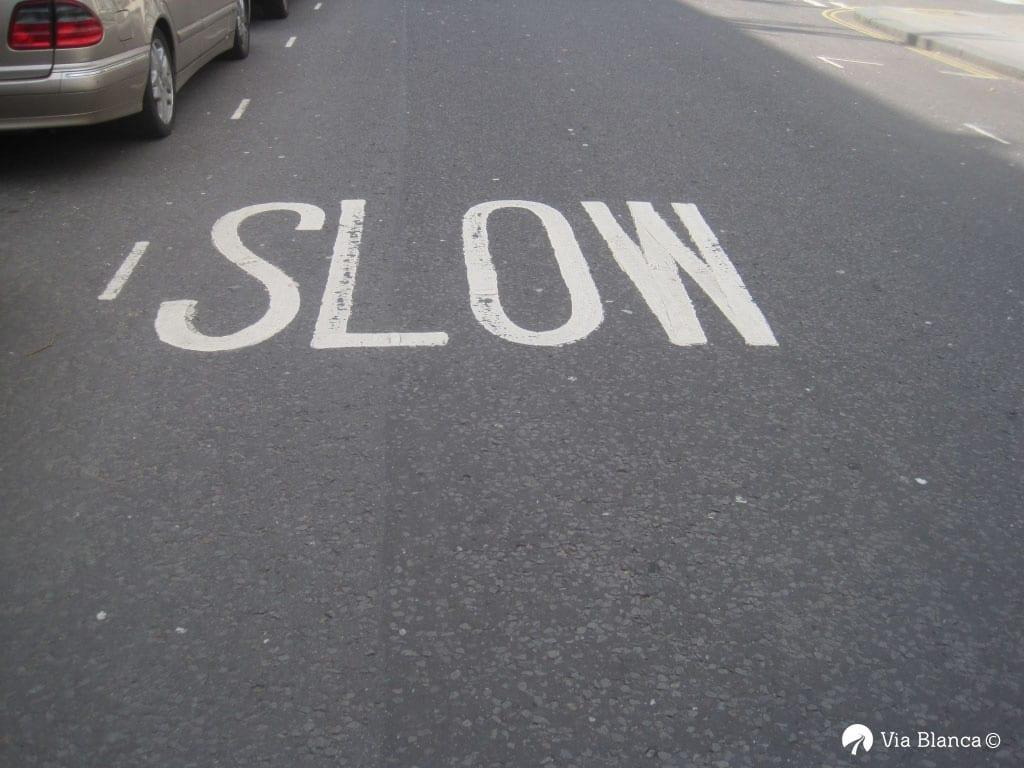 Slow-tiemerkintä päällysteessä, Lontoo, 2010
